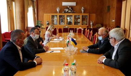 Együttműködési megállapodást írt alá Kárpátalja új kormányzója és az Ökumenikus Segélyszervezet vezetője