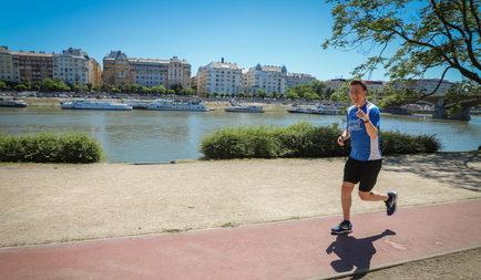 Féltávhoz érkezett a brit nagykövet által indított Balaton-kerülő jótékonysági futólánc