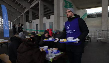 Több száz adag melegételt osztottak ki rászorulók számára az FTC sztárjai