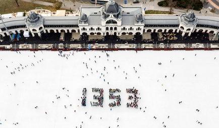 Több mint 400 korcsolyázó diák formázta meg a 1353-as adományvonal számjegyeit a műjégen