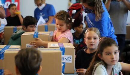 Kilenc év alatt 10 000 tanszercsomag adomány rászoruló gyermekeknek