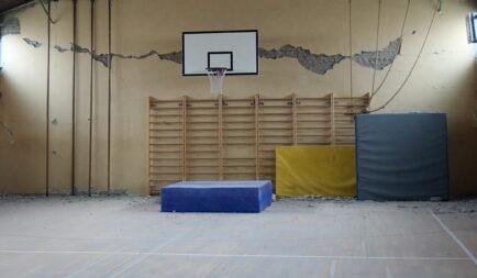 Földrengésben súlyosan sérült középiskola újjáépítését támogatja a Segélyszervezet