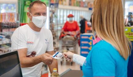 Sok kicsi sokra megy: 36,6 millió forintot gyűjtött a Tesco a szeretet.éhség. kampányban