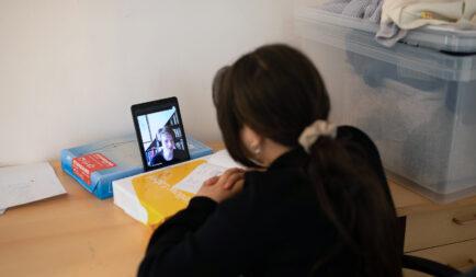 A digitális oktatásban is segíti a rászoruló gyerekeket az Ökumenikus Segélyszervezet