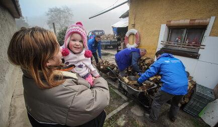 Tűzifa támogatás több száz rászoruló családnak