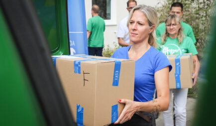 Megkezdte a tanszercsomagok kiszállítását a rászorulóknak a Segélyszervezet