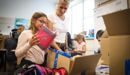 Tíz év alatt 12 000 tanszercsomag adomány rászoruló gyermekeknek