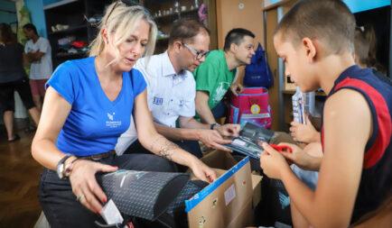 Idén is megtöltötték a 2000 iskolatáskát a 10. Iskolakezdés együtt! segélyakció adományozói